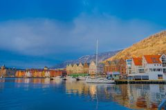 Bergen Norge - April 03, 2018: Utomhus- sikt av historiska byggnader i Bryggen- den Hanseatic hamnplatsen i Bergen, Norge Royaltyfri Bild