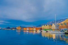 Bergen Norge - April 03, 2018: Utomhus- sikt av historiska byggnader i Bryggen- den Hanseatic hamnplatsen i Bergen, Norge Arkivfoton