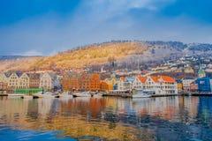 Bergen Norge - April 03, 2018: Utomhus- sikt av historiska byggnader i Bryggen- den Hanseatic hamnplatsen i Bergen, Norge Royaltyfria Foton