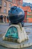 Bergen Norge - April 03, 2018: Utomhus- sikt av metallisk konst som lokaliseras i porten av Bergen Norway - arkitektur Arkivbild