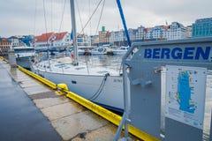 Bergen Norge - April 03, 2018: Utomhus- sikt med fartyg i Bergen, UNESCOvärldsarv, Norge Arkivfoto