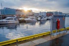 Bergen Norge - April 03, 2018: Utomhus- sikt med fartyg i Bergen, UNESCOvärldsarv, Norge Fotografering för Bildbyråer
