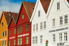 BERGEN NORGE - AUGUSTI 2017: Fasader av de färgrika trähusen i Bergen Berömda kulöra hus och gata i Bergen Norway - Arkivbild
