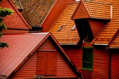 BERGEN NORGE - AUGUSTI 2017: Fasader av de färgrika trähusen i Bergen Berömda kulöra hus och gata i Bergen Norway - Royaltyfri Fotografi