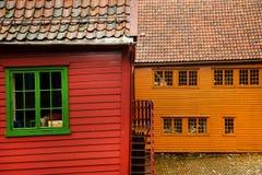 BERGEN NORGE - AUGUSTI 2017: Fasader av de färgrika trähusen i Bergen Berömda kulöra hus och gata i Bergen Norway - Royaltyfri Bild