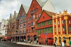 BERGEN NORGE - AUGUSTI 2017: Fasader av de färgrika trähusen i Bergen Berömda kulöra hus och gata i Bergen Norway - Arkivbilder