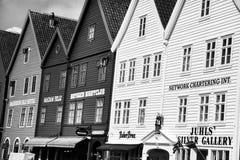 BERGEN NORGE - AUGUSTI 2017: Fasader av de färgrika trähusen i Bergen Berömda kulöra hus och gata i Bergen Norway - Royaltyfria Foton