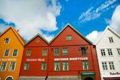 BERGEN NORGE - AUGUSTI 2017: Fasader av de färgrika trähusen i Bergen Berömda kulöra hus och gata i Bergen Norway - Arkivfoto