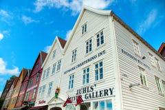 BERGEN NORGE - AUGUSTI 2017: Fasader av de färgrika trähusen i Bergen Berömda kulöra hus och gata i Bergen Norway - Arkivfoton