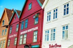 BERGEN NORGE - AUGUSTI 2017: Fasader av de färgrika trähusen i Bergen Berömda kulöra hus och gata i Bergen Norway - Fotografering för Bildbyråer