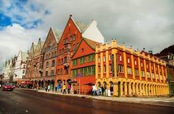 BERGEN NORGE - AUGUSTI 2017: Fasader av de färgrika trähusen i Bergen Berömda kulöra hus och gata i Bergen Norway - Royaltyfria Bilder