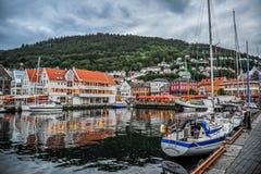BERGEN NORGE - JULI, 2015: Den sceniska sikten av den Vagen fjärden i Bergen, Norge Arkivfoton