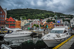 BERGEN NORGE - JULI, 2015: Den sceniska sikten av den Vagen fjärden i Bergen, Norge Royaltyfri Foto