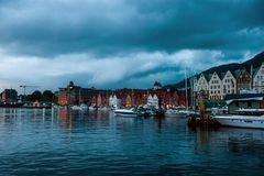Bergen Norge - Juli 30, 2013: Foto av Bergen Waterfront p? en regnig afton Kustlinjen av porten av Bergen arkivbild