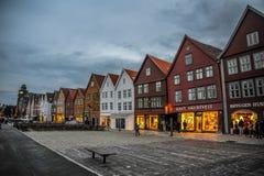BERGEN NORGE - JULI, 2015: Scenisk sikt av Bryggen, de Hanseatic kommersiella byggnaderna som fodrar på den östliga sidan av den  Arkivbilder