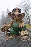 Bergen Norge - mars 8, 2012: den enorma jätten fiska med drag i den trävakten för den mytiska varelsen för skulptur av skogen av  Royaltyfria Bilder