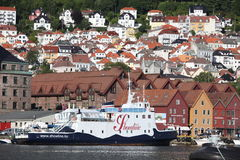 BERGEN, NORVÈGE - VERS EN JUILLET 2012 : Balade alo de touristes et de gens du pays Photo libre de droits