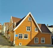 Bergen/Norvegia - 10 aprile 2016: Vecchia architettura di legno vicina concentrare della città fotografia stock