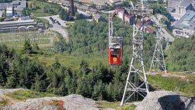 Bergen, Norwegen - 10. Juli 2018: Drahtseilbahngondel, die oben steigt stock video