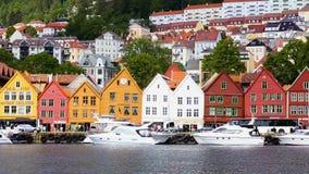BERGEN, NORWEGEN - 7. JUNI 2015: Ansicht weltweiter bekannter Bryggen-Straße im Bergen, Norwegen, am 7. Juni 2015 stock footage