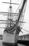 Bergen, Norwegen - 8. März 2012: riesiges Fischerboot: Skulptur-Fabelwesenschutz der enormen riesigen Schleppangel hölzerner des  Lizenzfreie Stockfotografie