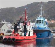 BERGEN, NORWEGEN - 15. MAI 2012: Zwei Schlepper - rotes Bever und blauer Silex am Pier in Bergen Stockbilder