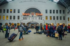 Bergen Norwegia, Kwiecień, - 03, 2018: Pasażery chodzi inside platforma w Bergen staci kolejowej Obraz Royalty Free