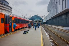Bergen Norwegia, Kwiecień, - 03, 2018: Pasażery opuszcza pociąg na platformie w Bergen staci kolejowej Obrazy Stock