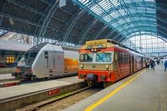 Bergen Norwegia, Kwiecień, - 03, 2018: Pasażery opuszcza pociąg na platformie w Bergen staci kolejowej Zdjęcia Stock