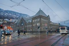 Bergen Norwegia, Kwiecień, - 03, 2018: Plenerowy widok ludzie chodzi w ulicach, transporcie publicznym i starych budynkach z, Zdjęcie Stock