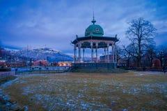 BERGEN NORWEGIA, KWIECIEŃ, - 03, 2018 Plenerowy widok muzycznego pawilonu Bergen Byparken kolorowy gazebo w centrum miasta Fotografia Royalty Free