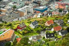 BERGEN NORWEGIA, SIERPIEŃ, - 2017: Fasady kolorowi drewniani domy w Bergen Sławni barwioni domy i ulica w Bergen Norwegia - Fotografia Stock