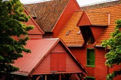 BERGEN NORWEGIA, SIERPIEŃ, - 2017: Fasady kolorowi drewniani domy w Bergen Sławni barwioni domy i ulica w Bergen Norwegia - Fotografia Royalty Free