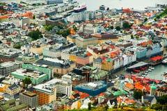 BERGEN NORWEGIA, SIERPIEŃ, - 2017: Fasady kolorowi drewniani domy w Bergen Sławni barwioni domy i ulica w Bergen Norwegia - Obraz Stock