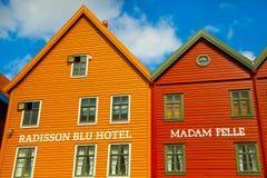 BERGEN NORWEGIA, SIERPIEŃ, - 2017: Fasady kolorowi drewniani domy w Bergen Sławni barwioni domy i ulica w Bergen Norwegia - Zdjęcie Royalty Free