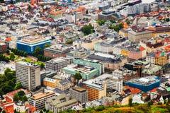 BERGEN NORWEGIA, SIERPIEŃ, - 2017: Fasady kolorowi drewniani domy w Bergen Sławni barwioni domy i ulica w Bergen Norwegia - Obrazy Stock