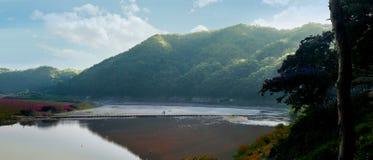 Bergen och floden av Andong, Sydkorea fotografering för bildbyråer