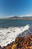 Bergen och hamnen på Gordons skäller nära Cape Town. Arkivbilder