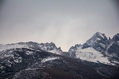 Bergen onder hemel met sneeuw stock foto