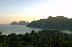 Bergen op de oceaan van Thailand stock foto's