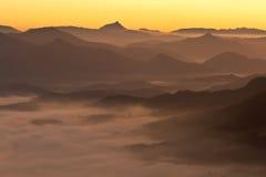 Bergen over de mist Stock Foto