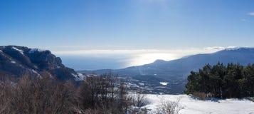 Bergen, overzees, hemel, de winter, sneeuw Stock Fotografie