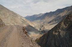 Bergen på vägen till felika ängar, nordliga Pakistan Royaltyfri Fotografi