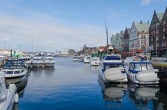 Bergen Port med sikt av radhus Royaltyfri Foto