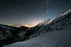 Bergen, reis, aard, sneeuw, wolken, hemel, kloof royalty-vrije stock foto