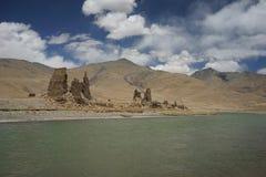 Bergen, rivier en het dilapidated huis van Tibet royalty-vrije stock afbeeldingen