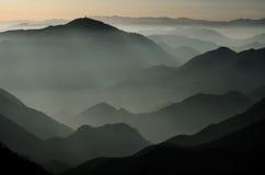 Bergen in silhouet stock foto's