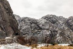 Bergen som omger Jossingfjord längs väg 44 mellan Egersund och Flekkefjord, Sokndal kommun, Norge Royaltyfri Bild