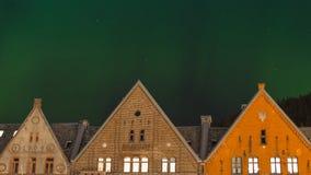 Bergen-Stadt unter Nordlichtern Stockbilder
