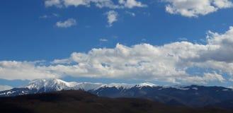 Bergen trycker på himlen fotografering för bildbyråer
